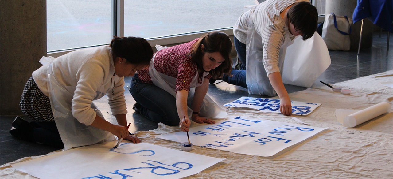 Wellesley students create signs for the 2016 Boston Marathon Scream Tunnel