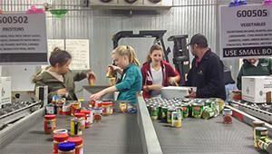 Wellesley students work in food bank