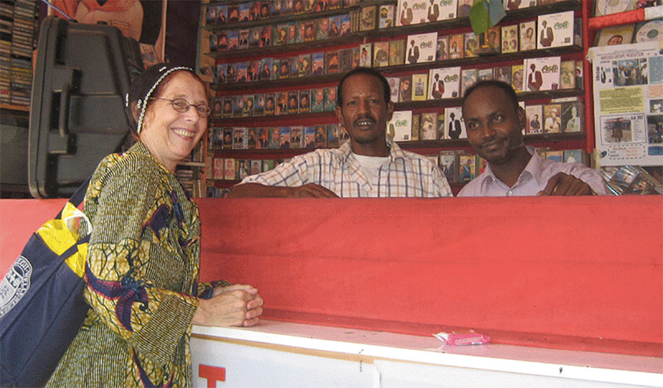 Kapteijns at counter of record stall with two Somali stall-keepers