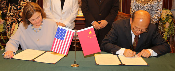 Presidents Bottomly and Wang sign memo of agreement