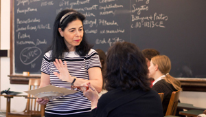 flavia laviosa in conversation with a student