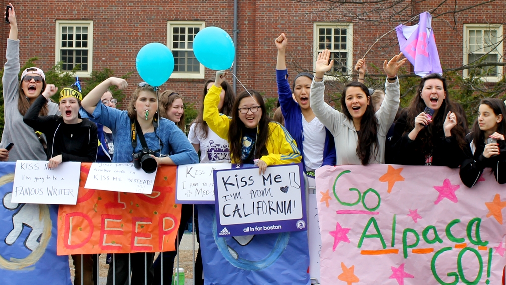 Students cheer on runners