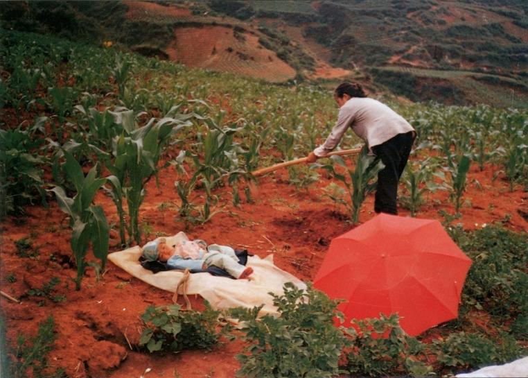 Li Qiong Fen, Hoeing Corn, 1992-93.