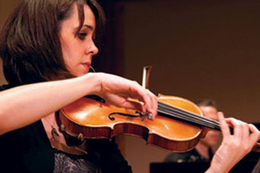 Gabriela Díaz playing the violin
