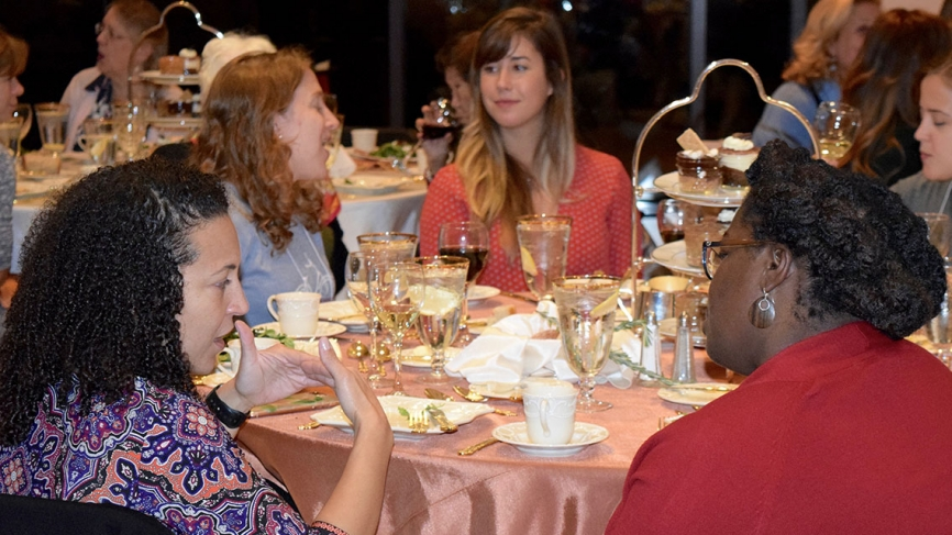 Alumnae sit at a table at the Sed Ministrare Dinner